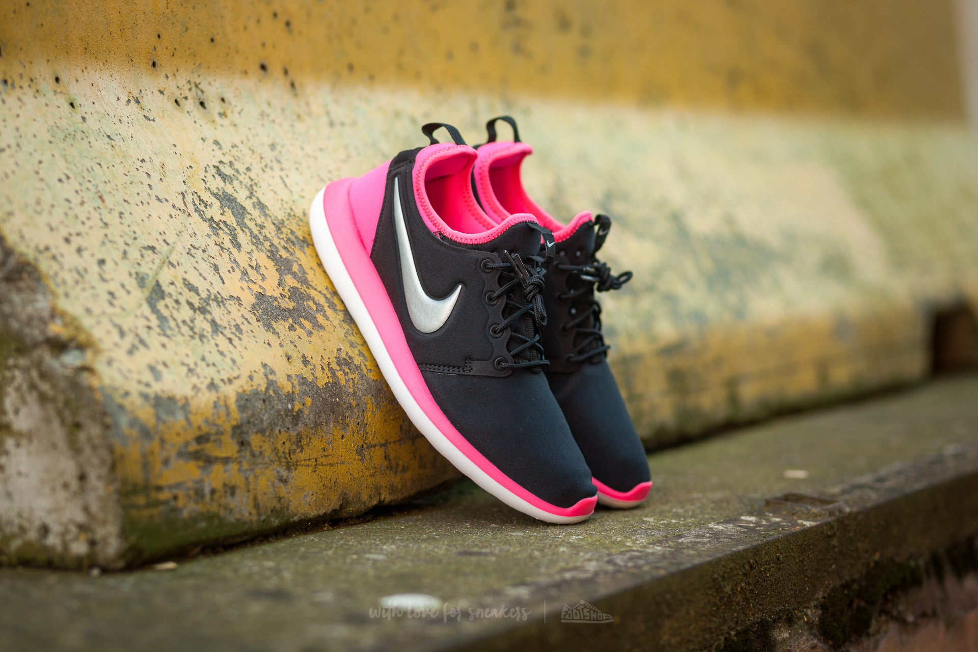 Nike Roshe Two (GS) Black/ Metallic Platinum-Hyper Pink