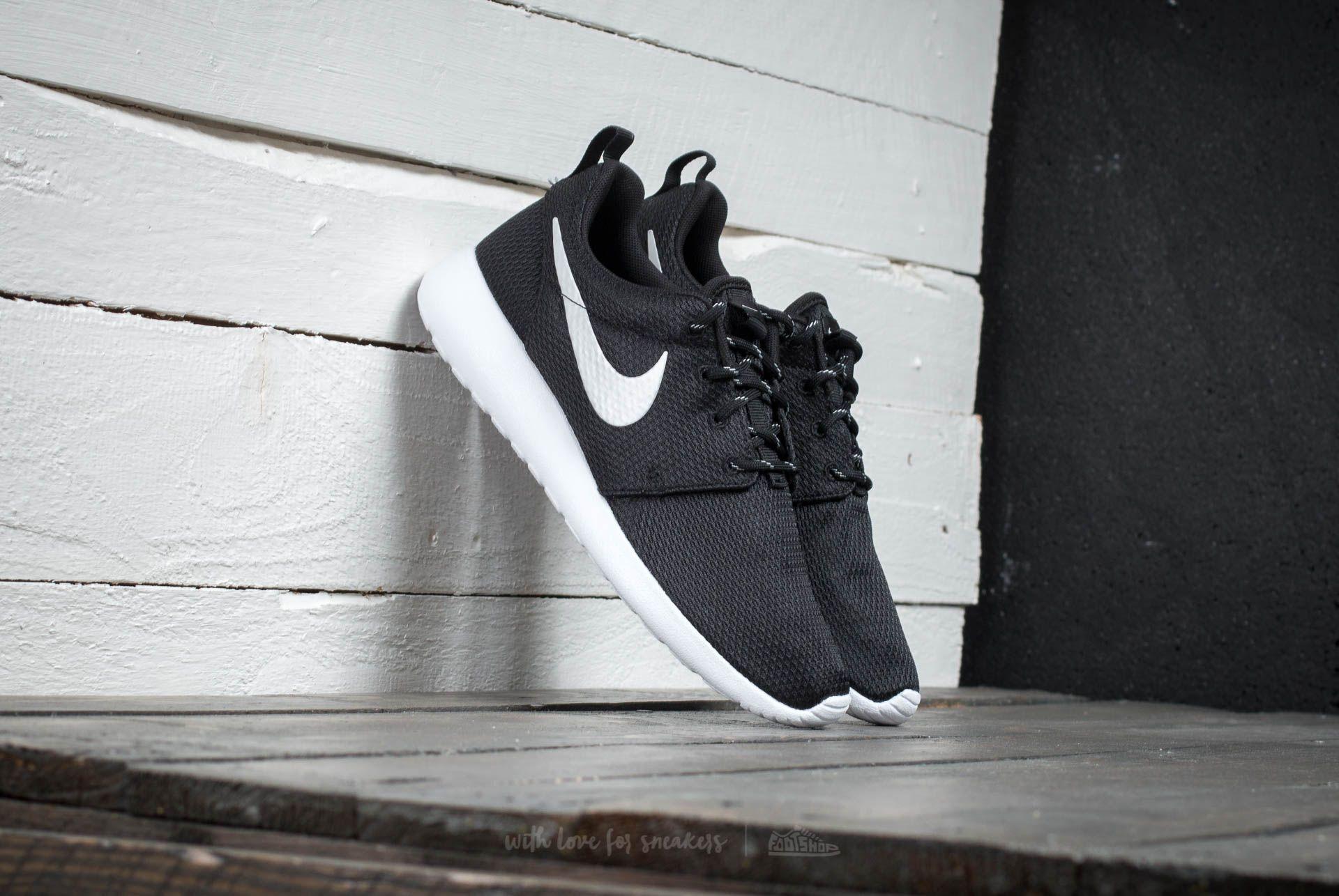 Nike WMNS Rosherun Black/Mettalic Platinum-White
